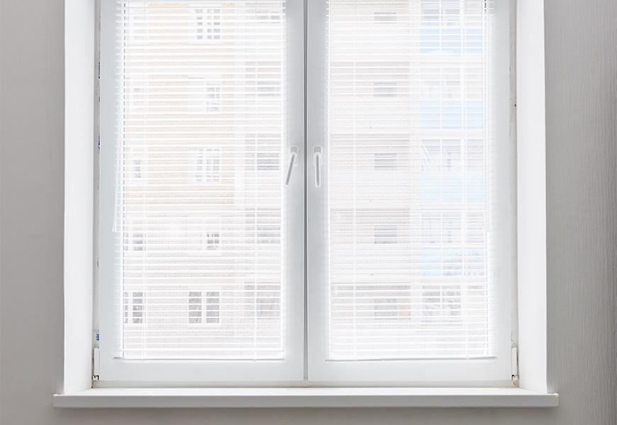 Двустворчатое распашное окно, система профиля REHAU, противовзломная фурнитура Siegenia-Titan
