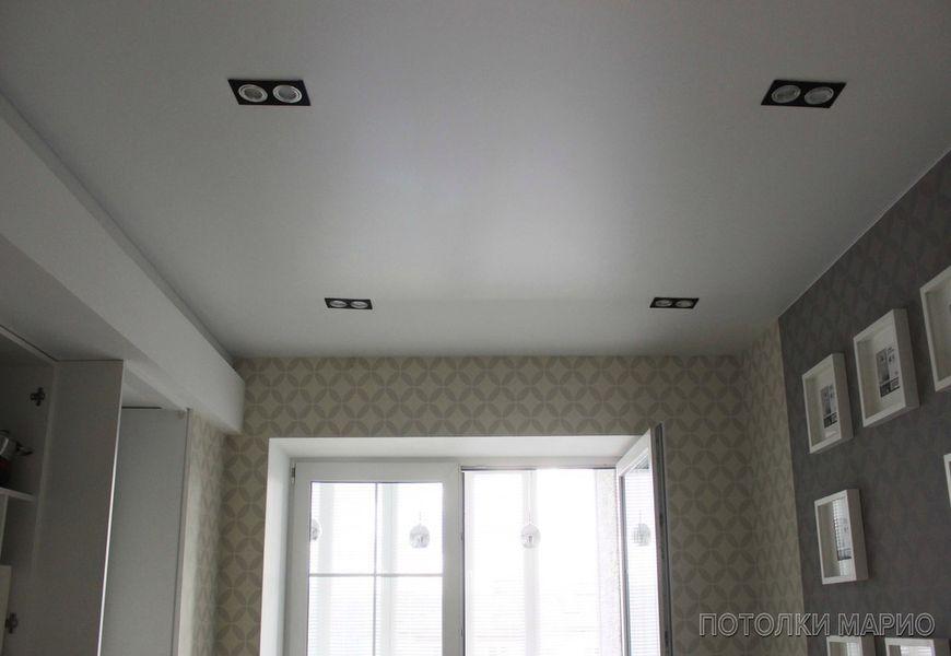 Белый матовый натяжной потолок на кухню